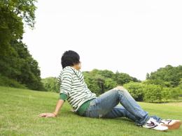 芝生に座る